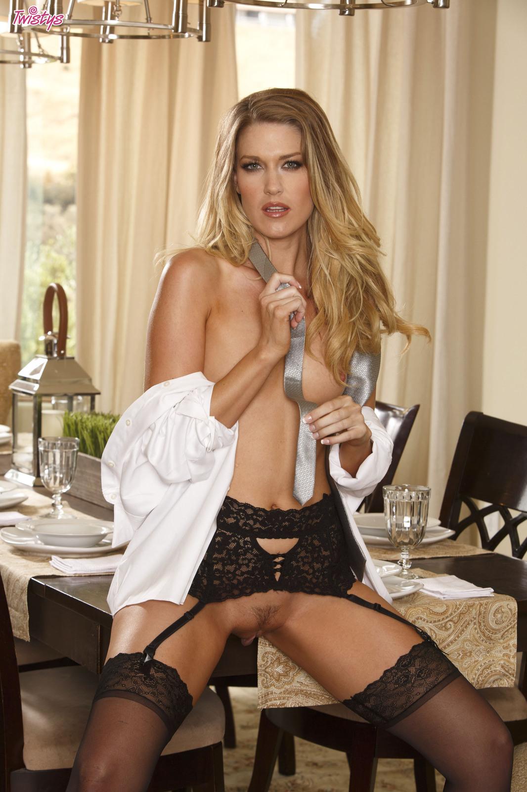 fucking-hot-naked-women-modeling-with-legs-open